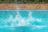 Yüzme havuzunda su sıçraması — Stok fotoğraf