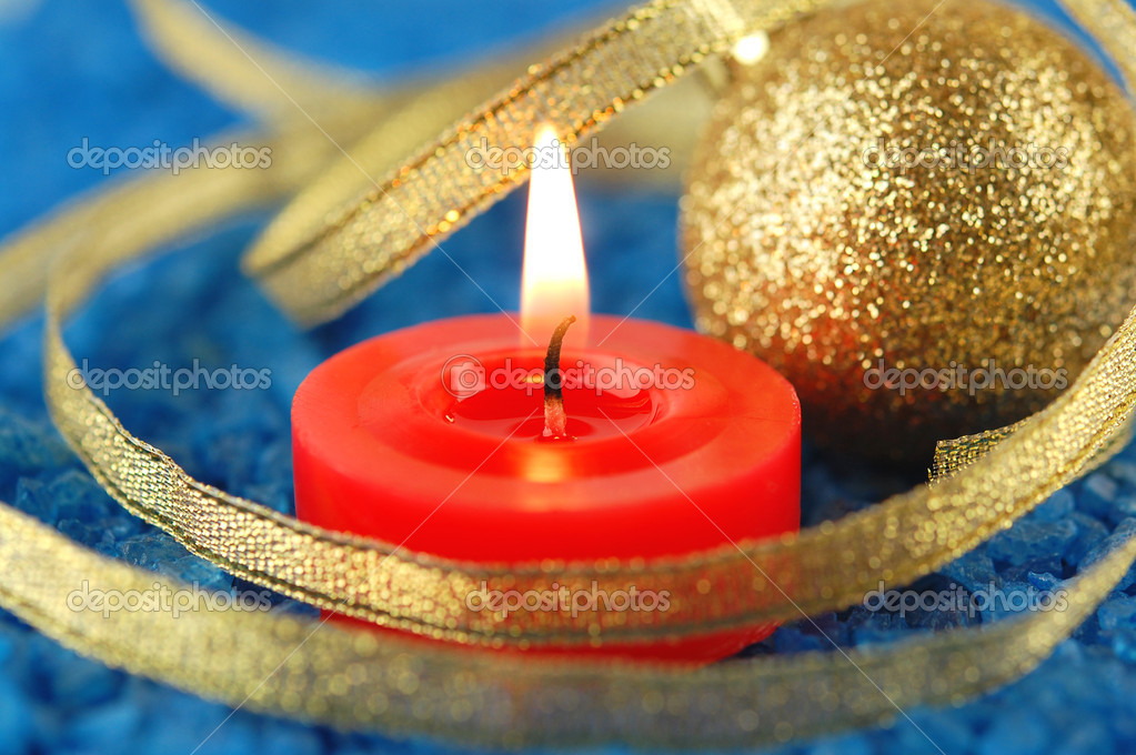 Spa salt and candle with christmas decorations. Focus on a wick. — Stock fotografie #16328439