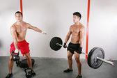 Groupe avec materiel de musculation haltère sur gym sport — Photo