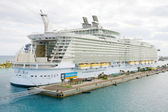 NASSAU, BAHAMAS-FEB 4 Royal Caribbean, Allure of the Seas, docke — Foto Stock