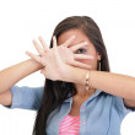 confiant femme faisant arrêter le geste chante avec main — Photo