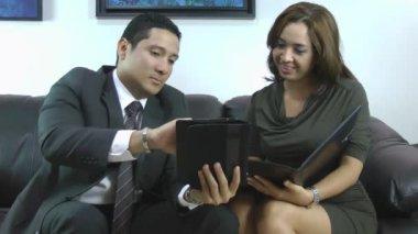 принимая к сведению ее босс инструкция секретаря — Стоковое видео