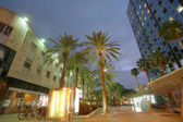 Tourists enjoy the sights and buildings in Lincoln Road in the sunset — Stok fotoğraf