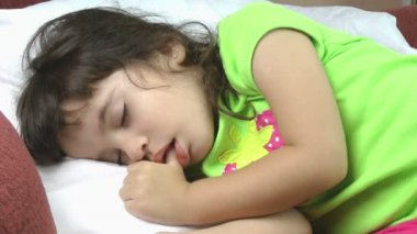 A close up of a beautiful little girl sleeping peacefully. — Stock Video