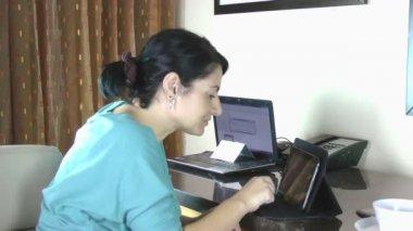Mujer de negocio feliz con tablet pc — Vídeo de Stock