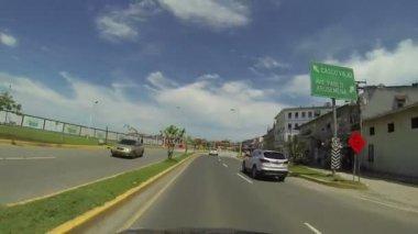 Trafik rörelse över en fantastisk silhuett i casco viejo, panama. — Stockvideo