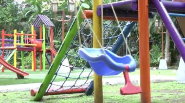 Empty single swing set. Missing of a son or daughter — Stock Video #26905455