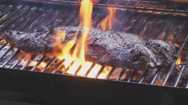 Steak sizzle on flaming and smoking grill — Stock Video