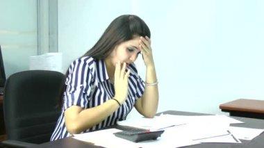 Kobieta sfrustrowany, posiadające wiele długów — Wideo stockowe