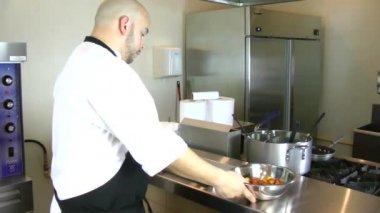 Chef inbetriebnahme ofen backform mit tomaten — Stockvideo