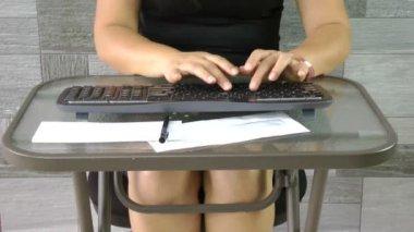 Mulher de negócios, trabalhando no computador digitando a palavra-chave — Vídeo Stock