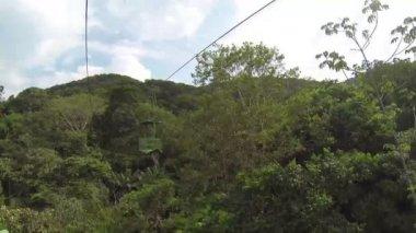 Téléphérique avec tram aérien dans la forêt — Vidéo