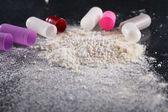 Plano macro de polvo por las pastillas abiertas — Foto de Stock