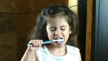 Little girl brushing her teeth — Stock Video