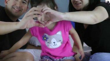 在母亲和父亲的手中,心形的小女孩脸。保健、 教育、 家庭之爱的象征 — 图库视频影像