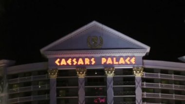 LAS VEGAS - CIRCA 2014: Caesars Palace hotel and casino on CIRCA 2014 in Las Vegas. Is a luxury hotel that sets the standard for opulent details, impeccable service and lavish Las Vegas accommodations — Stok video