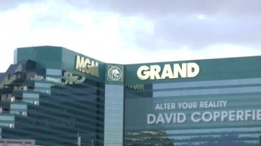 LAS VEGAS - CIRCA 2014: MGM Grand Hotel & Casino on CIRCA 2014 in Las Vegas. It houses many shops and night clubs, restaurants, the Grand Garden Arena and the largest casino, which occupies 15,930 m2 — ストックビデオ
