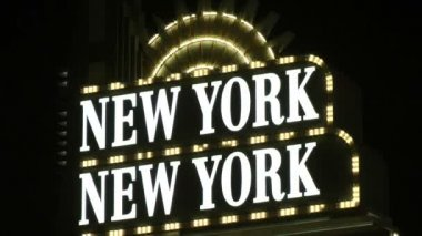 LAS VEGAS, CIRCA 2014: Neon sign welcomes visitors to the New York, New York Resort and Casino on CIRCA 2014 in Las Vegas. New York-New York uses the New York City influence of its name in many ways. — Стоковое видео