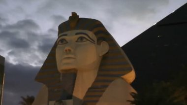 LAS VEGAS, CIRCA 2014:Statue of Sphinx from Luxor Hotel Casino, has received recognition as being among the most recognizable hotels on the Strip because of its unique design, CIRCA 2014 in Las Vegas. — Stok video