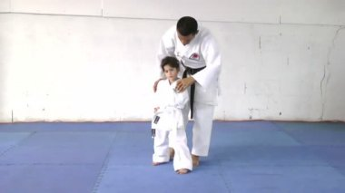 Little girl learning from her karate instructor — Stock Video
