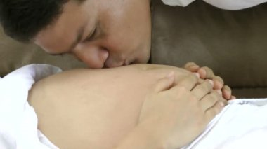 Close up of a man kissing the belly of his pregnant wife — Stock Video