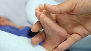 母亲抱着新生的婴儿的微小脚 — 图库视频影像