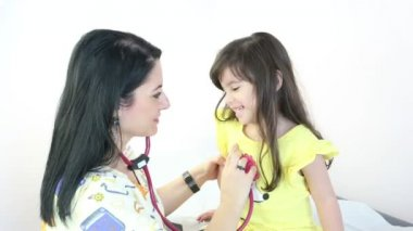 Doctor auscultating child patient spine with stethoscope — Stock Video