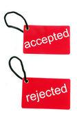 Etiqueta de papel rojo marcada con palabras aceptadas y rechazadas — Foto de Stock