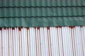 Old and new tin roof background — Zdjęcie stockowe