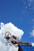 Esculturas tribais tradicionais de bornéu na parte superior do telhado dos edifícios — Foto Stock