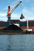 уголь загружается на танкеры с краном из понтона — Стоковое фото