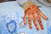 Henné sur la main de la mariée mariage indonésien — Photo