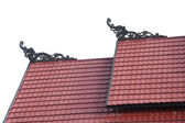 Tribal carvings on the roof top of buildings — Stock Photo