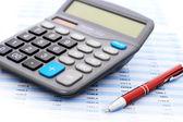 Calculadora y bolígrafo. — Foto de Stock