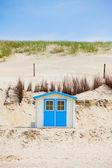 Dom na plaży z błękitnego nieba — Zdjęcie stockowe