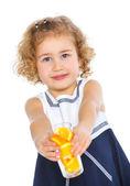 Portret dziewczynki, picie soku pomarańczowego — Zdjęcie stockowe