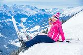 Mladá lyžařka sedí na kopci — Stock fotografie