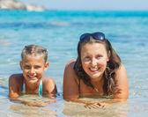 Ragazza con la madre, nuoto in mare — Foto Stock