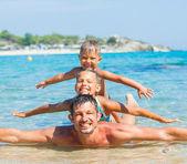 彼は子供の父がある楽しい泳ぐ海 — ストック写真
