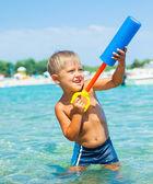Jonge jongen zwemmen in zee — Stockfoto