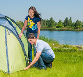 GhbdtnbrCouple Setting Up Tent — Stock Photo