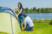 Couple Setting Up Tent — Stockfoto