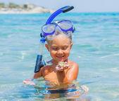 Pojke bada i havet — Stockfoto