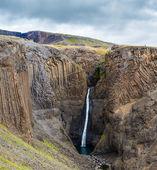 Uvidíte hengifoss vodopád islandu — Stock fotografie