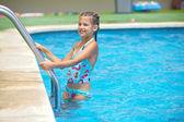 Flicka i poolen — Stockfoto