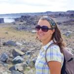 walkinng женщина. Исландия — Стоковое фото