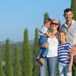 Счастливая семья в тосканской — Стоковое фото