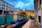 Puente de rialto en la noche, venecia, italia — Foto de Stock