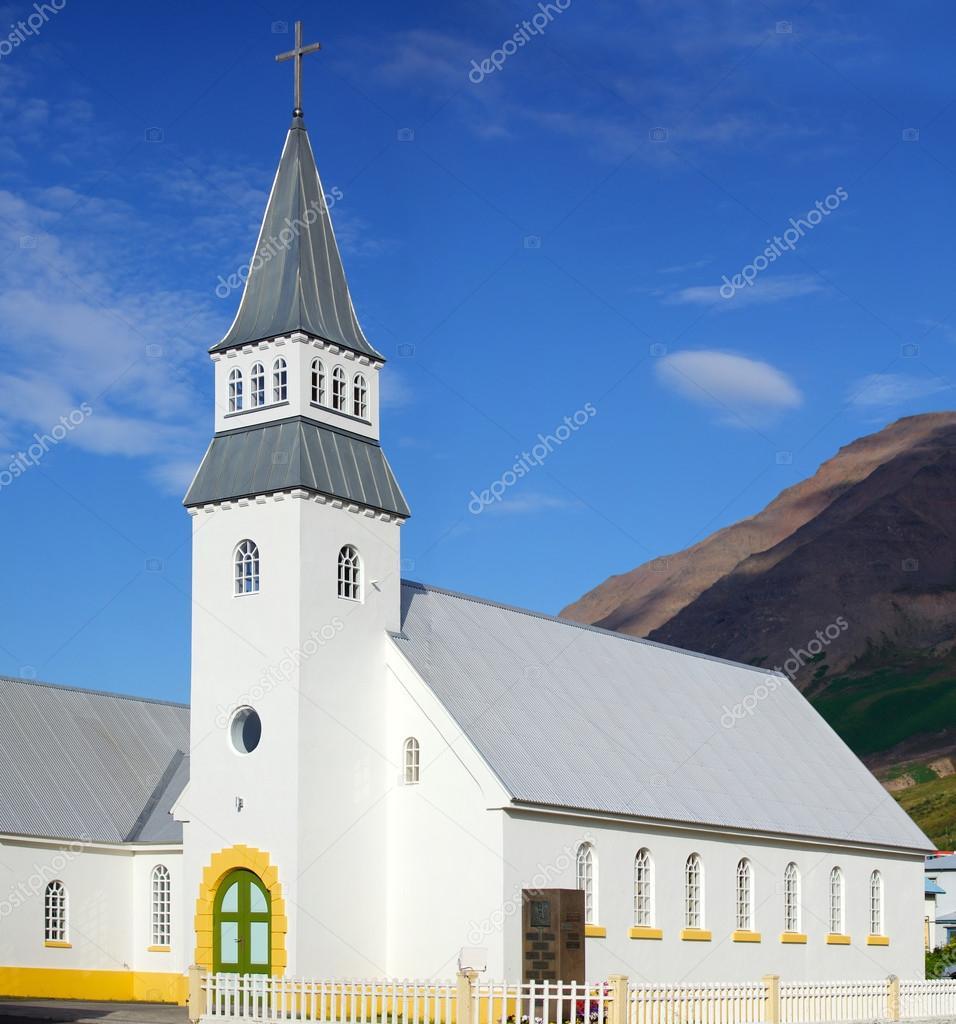 小的白色教堂,冰岛.夏季的一天.全景图– 图库图片