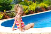 Fille dans la piscine — Photo